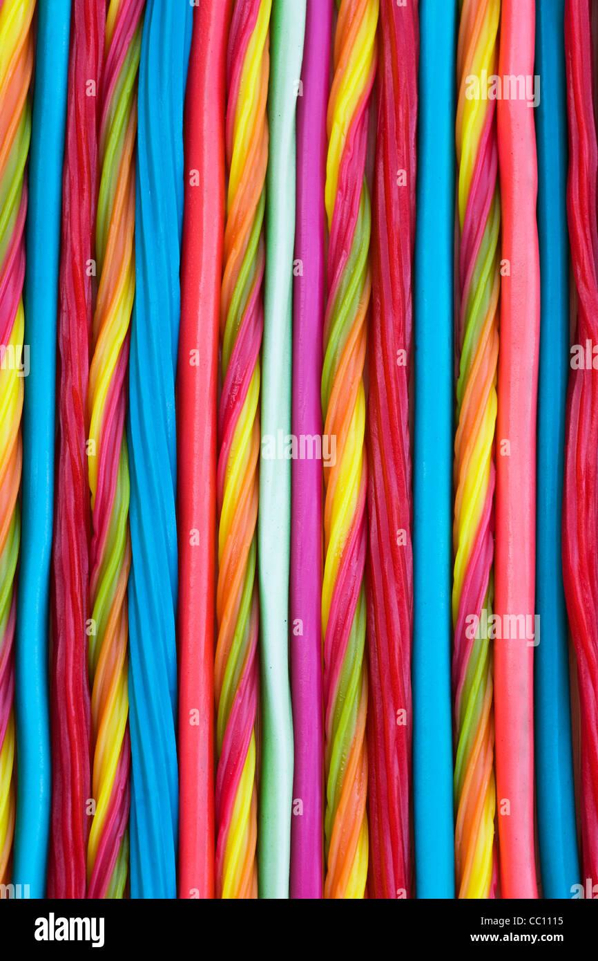 Bonbons à rayures tendance. Des crayons, des fouets et des torsions. Banque D'Images