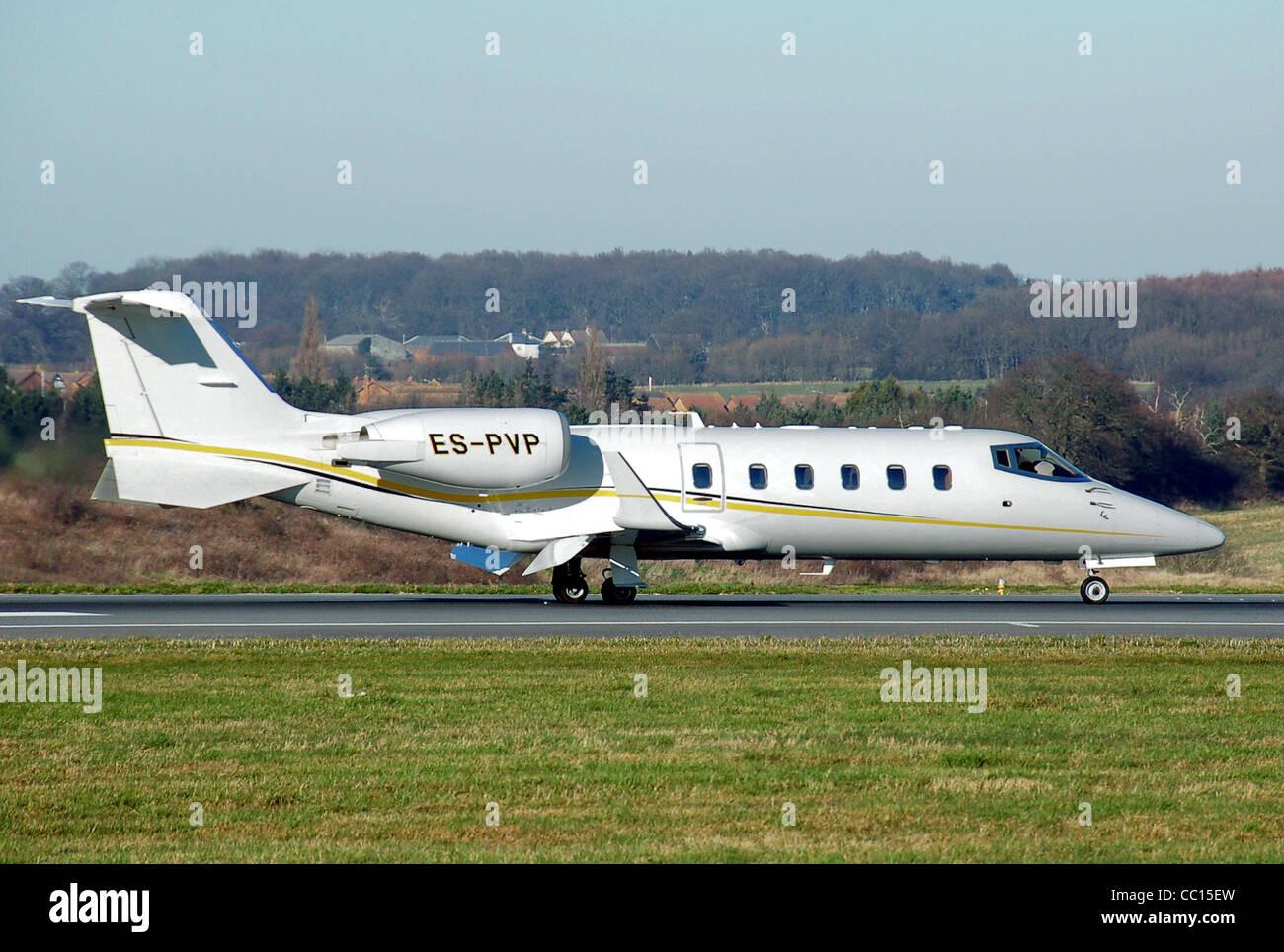 Bombardier Learjet 60 (inscription Estonie ES-PVP) atterrit à l'aéroport de Londres Luton, Angleterre Photo Stock
