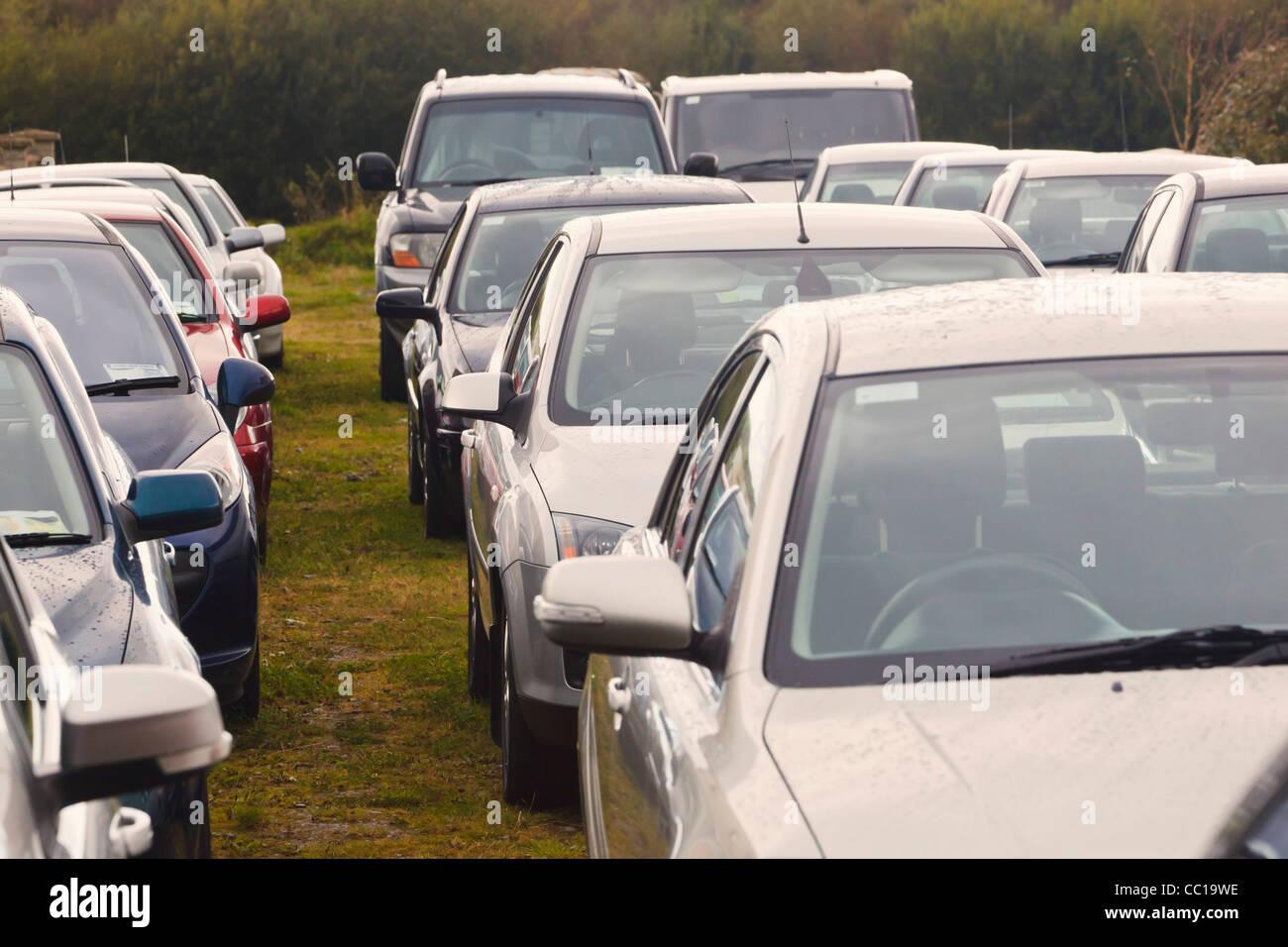 Des voitures stationnées en attente d'être vendus, Dunmaway, comté de Cork, République d'Irlande. Photo Stock