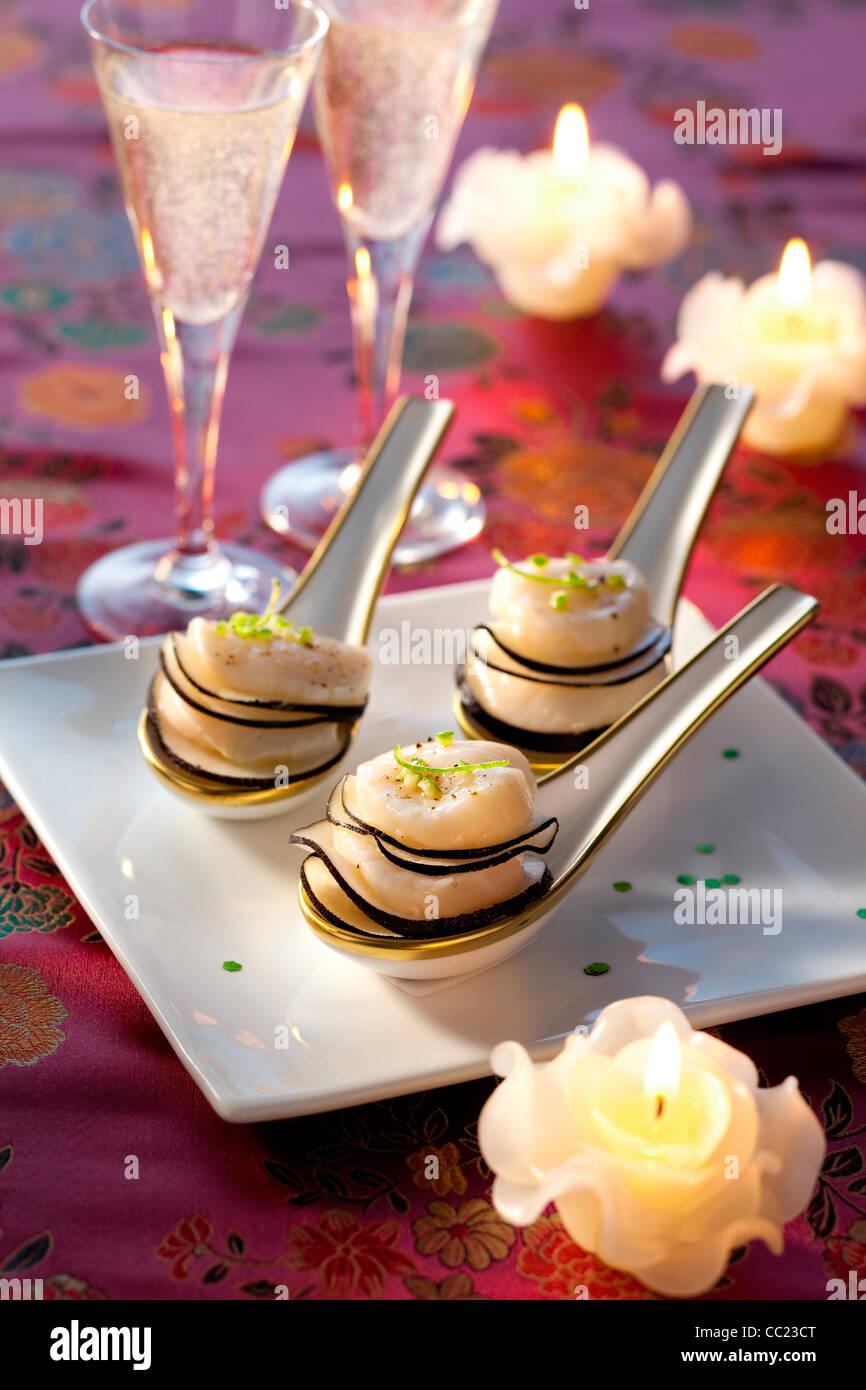 Tartelettes de pétoncles avec le radis noir Photo Stock