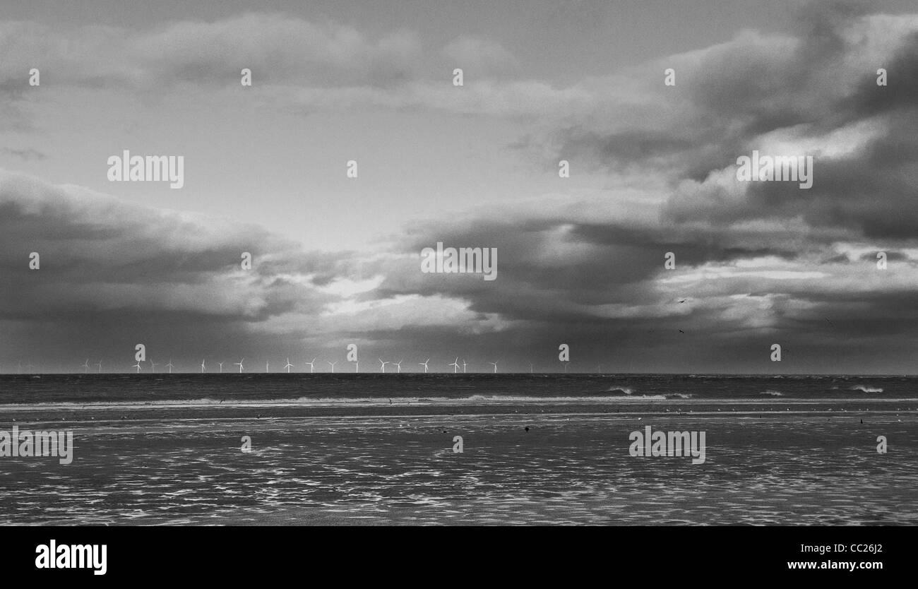 Ferme éolienne de Talacre sur horizon contre soir nuages, loin, en noir & blanc Photo Stock