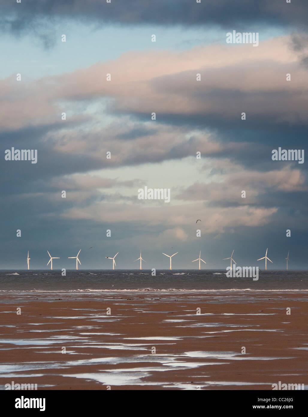 Ferme éolienne de Talacre sur horizon contre soir nuages, distance moyenne, portrait Photo Stock