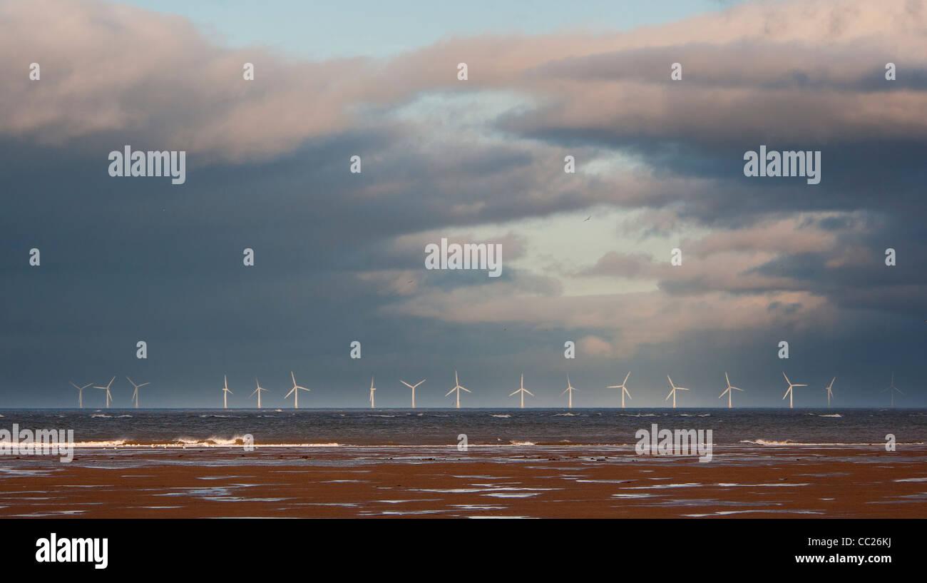 Ferme éolienne de Talacre sur horizon contre soir nuages, distance moyenne, paysage Photo Stock