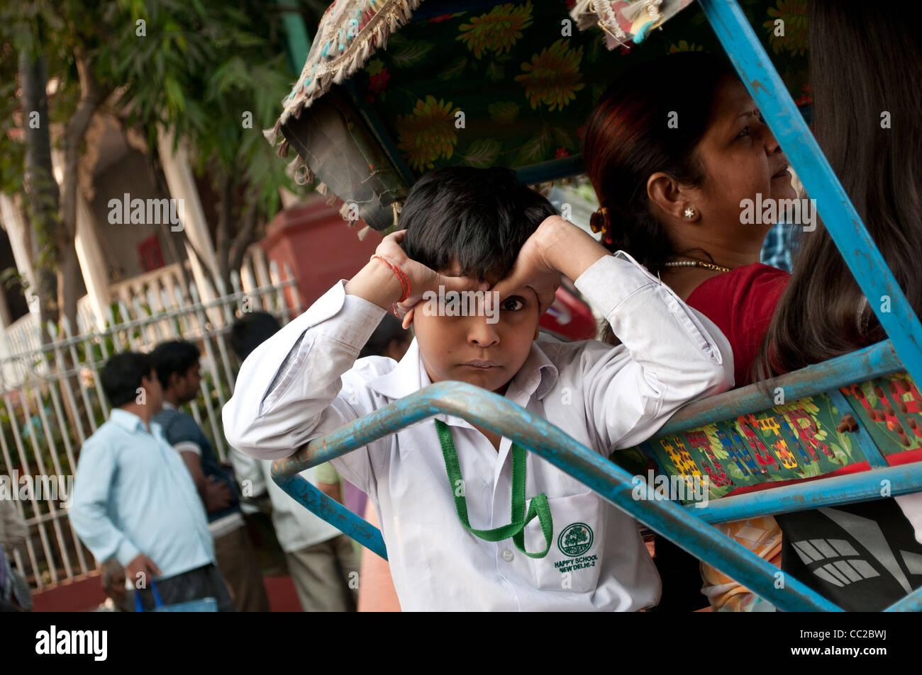 Écolier Fatigué de rentrer sur un pousse-pousse, Old Delhi, Inde Photo Stock