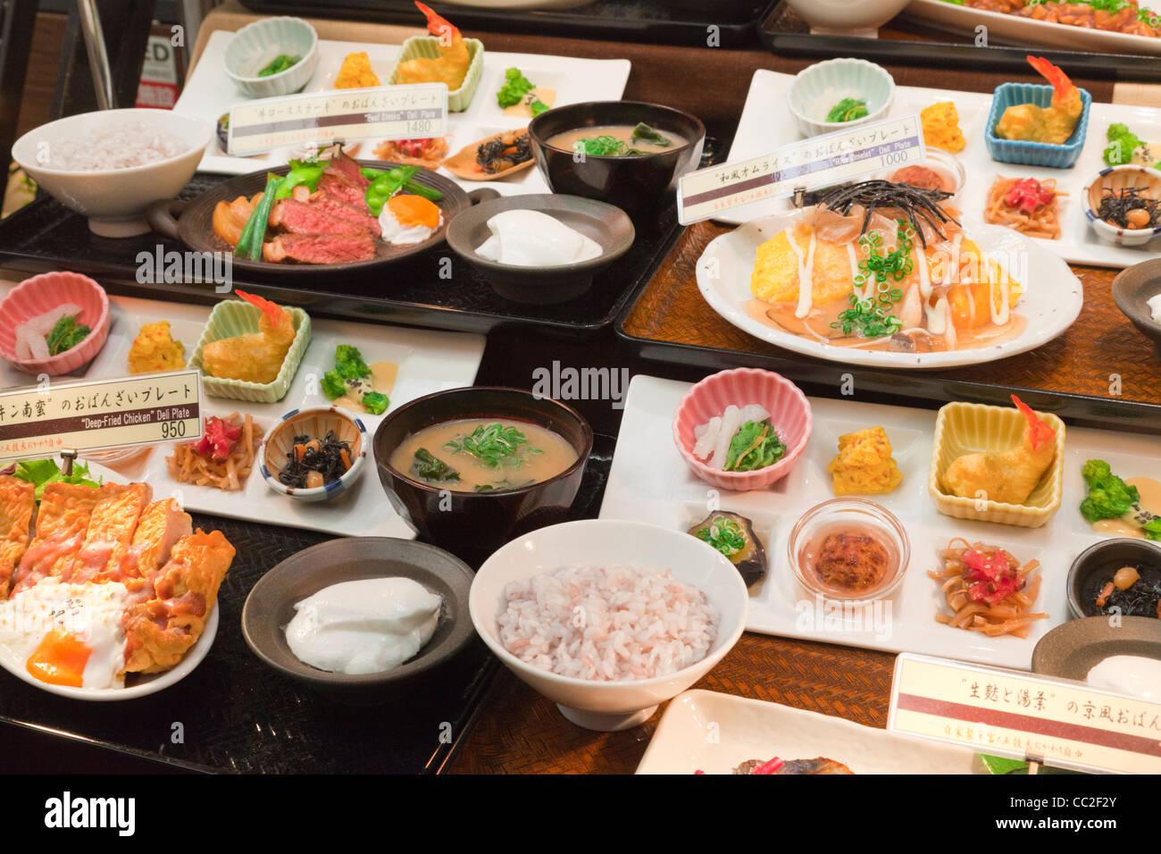 Réplique ou le plastique de la nourriture, à l'extérieur d'un restaurant au Japon. Photo Stock