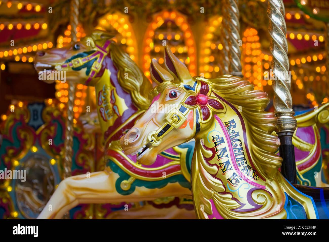 À cheval sur un carrousel traditionnel victorien Photo Stock