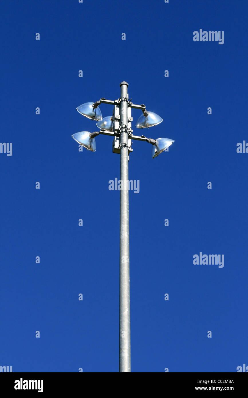Metal athletic light pole de feux et d'un fond de ciel bleu Photo Stock