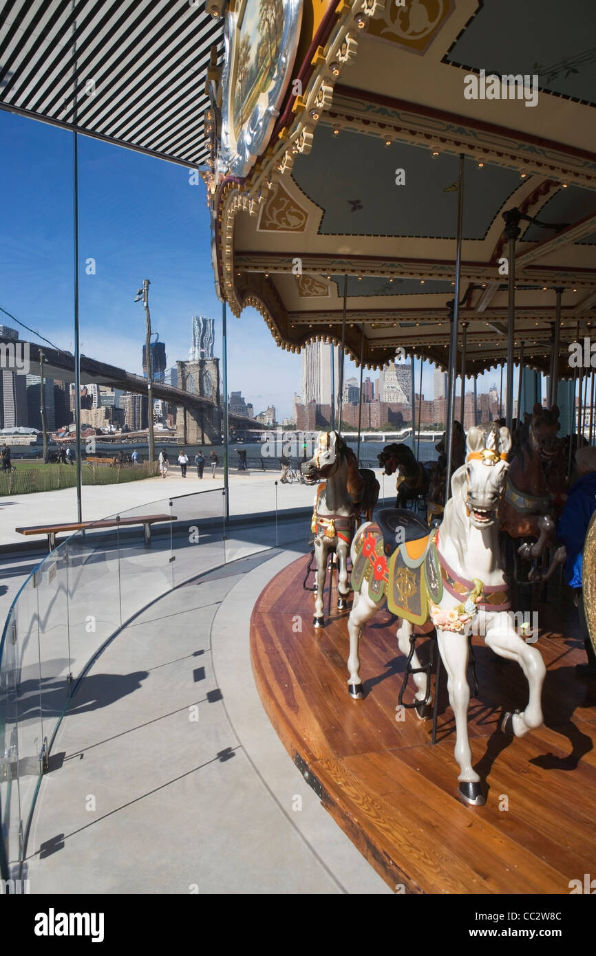 USA, l'État de New York, New York City, merry go-round près de pont de Brooklyn Photo Stock