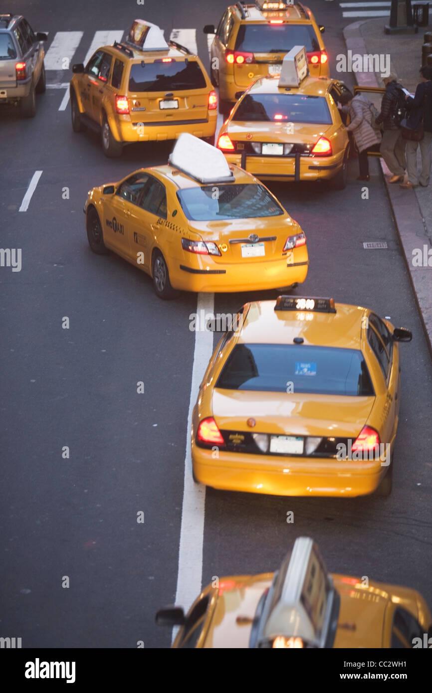 USA, New York, Manhattan, les taxis jaunes sur la 42e rue Banque D'Images