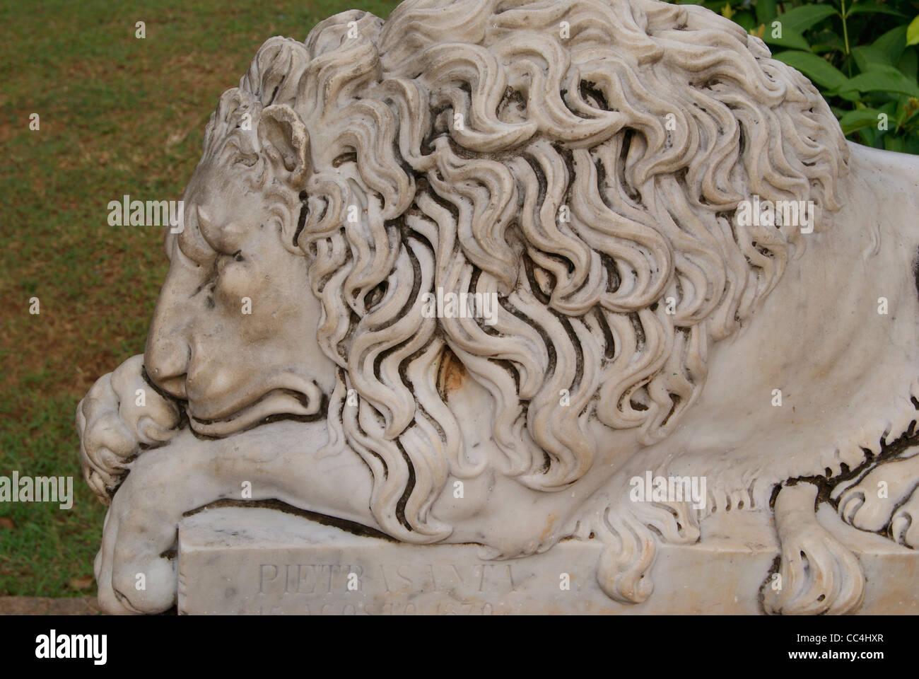 Lazy lion endormi statue en marbre Photo Stock