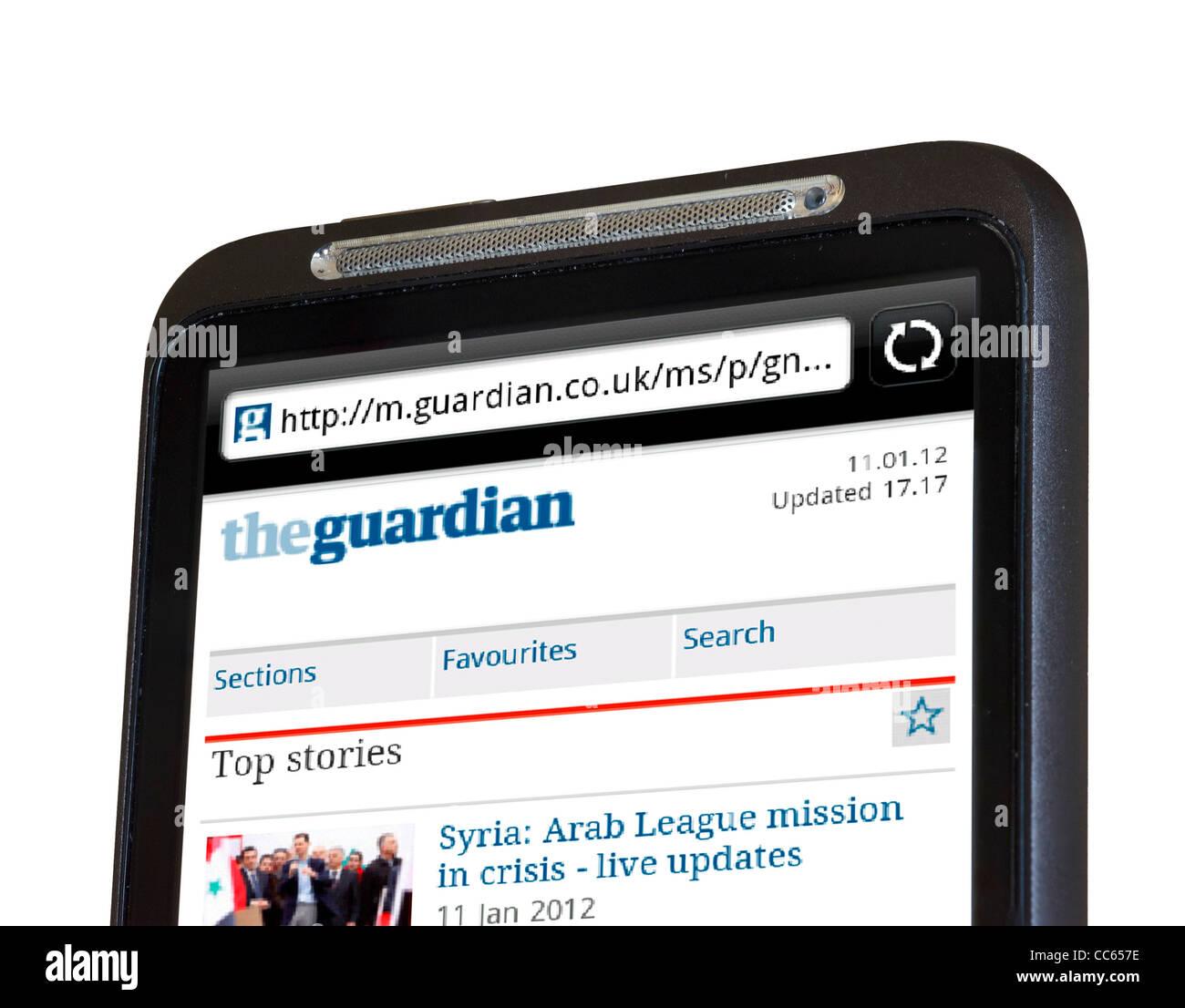 La navigation sur le Guardian Online Journal sur un smartphone HTC Photo Stock