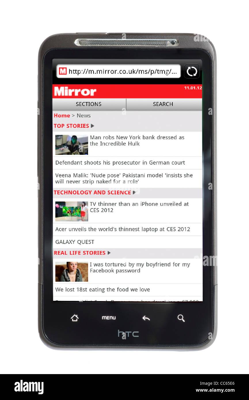 La navigation sur le site de journaux en ligne miroir sur un smartphone HTC Photo Stock