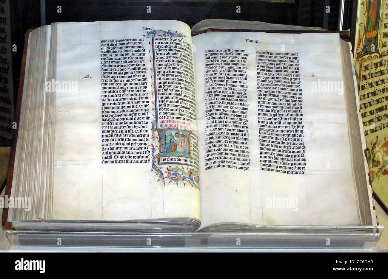 Manuscrit de la Bible en latin, à l'affiche dans l'abbaye de Malmesbury, Wiltshire, Angleterre. Photo Stock
