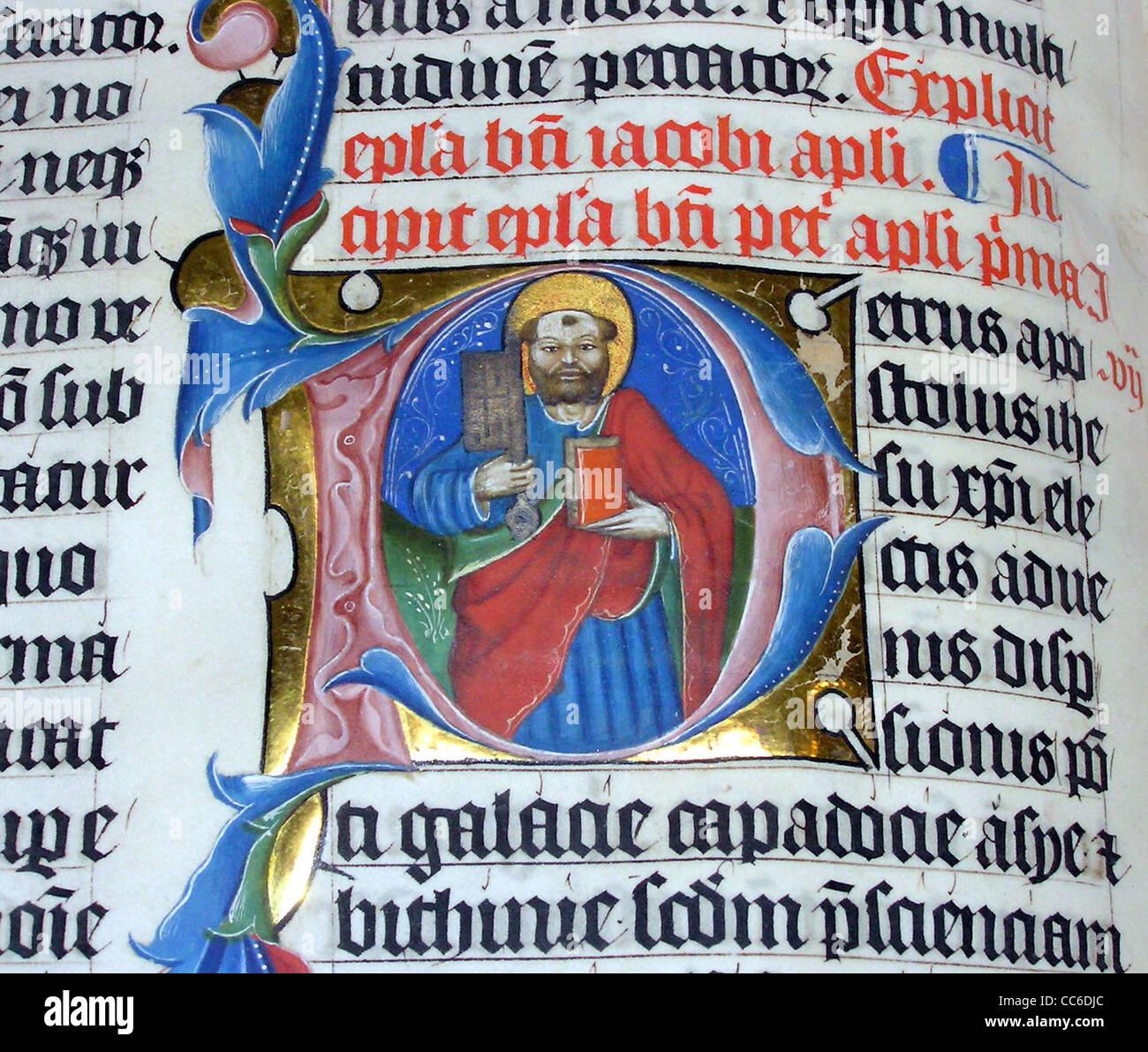 Lettre P dans le lumineux AD 1407Bible latine sur l'affichage à l'abbaye de Malmesbury, Photo Stock