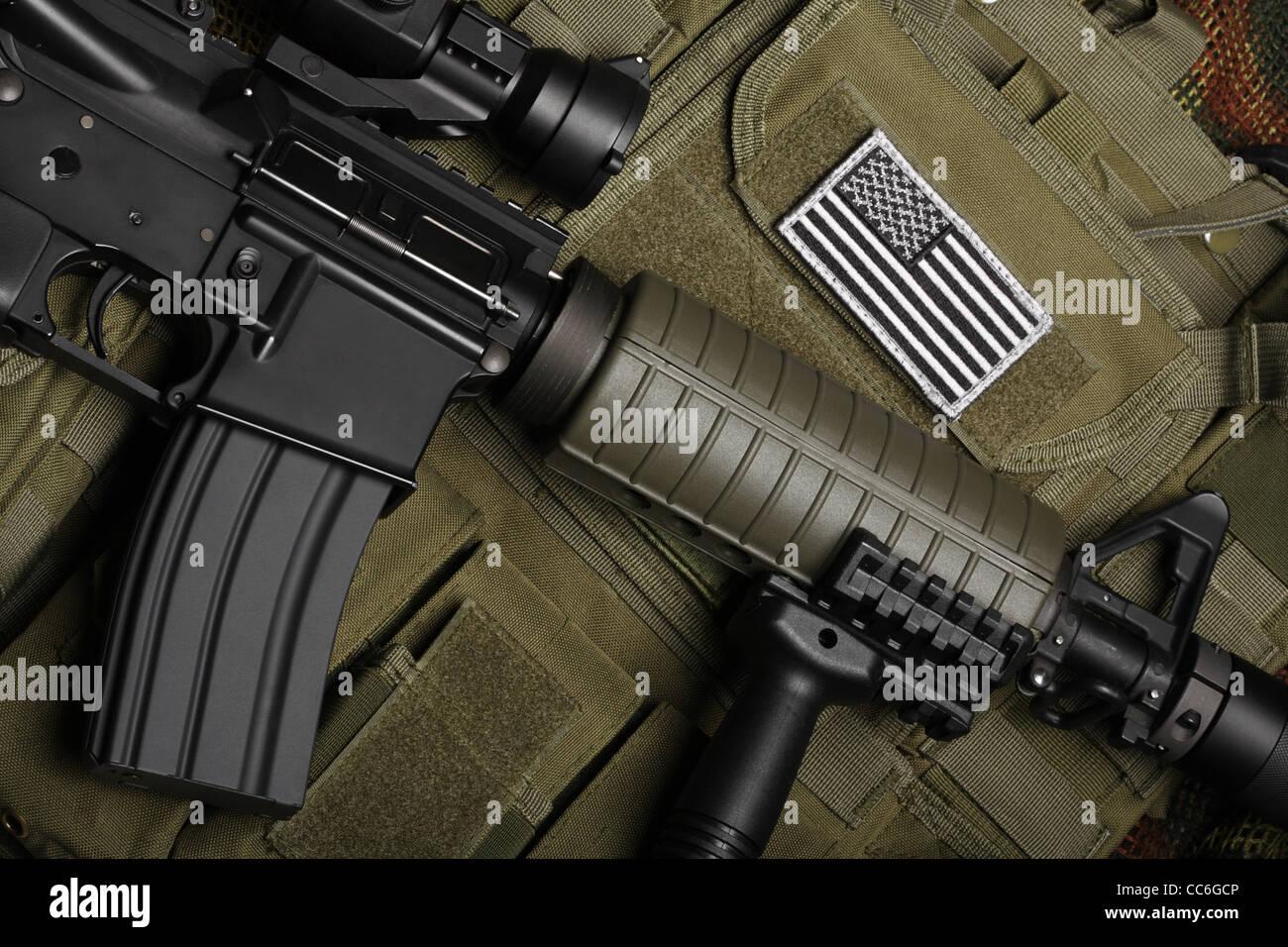 Concept militaire, toujours la vie. Gilet tactique avec drapeau américain bataille fusil d'assaut et de Photo Stock