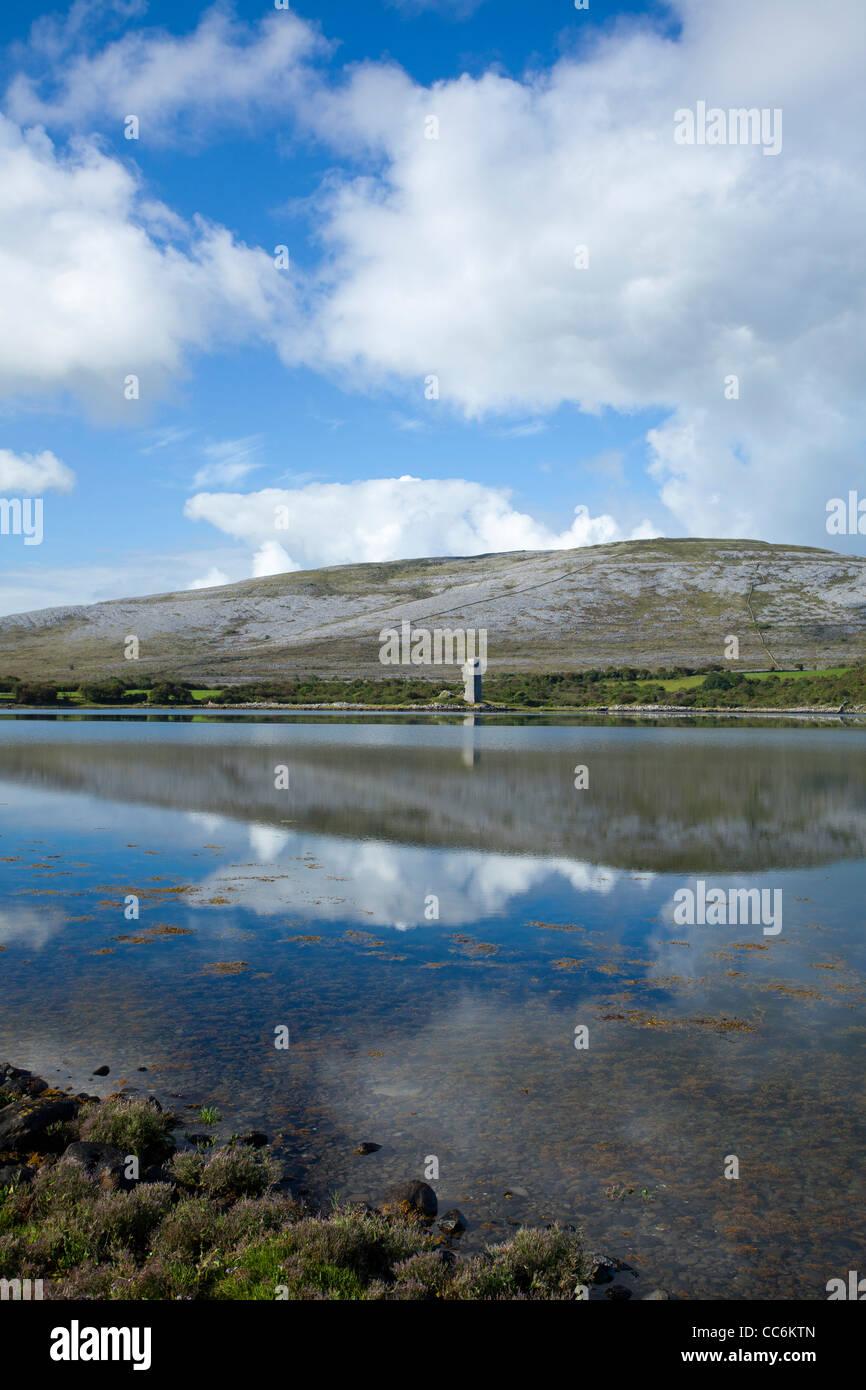 Le paysage calcaire du Burren reflète dans la baie de Ballyvaughan, dans le comté de Clare, Irlande. Photo Stock