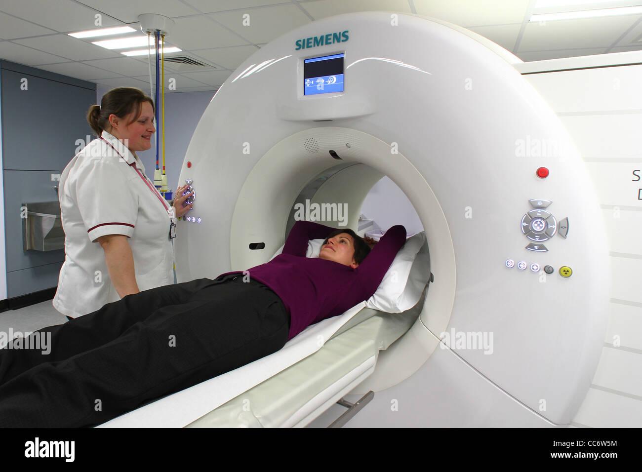 Une jeune femme entre dans un scanner à l'hôpital Addenbrookes dans Cambridgeshire Photo Stock