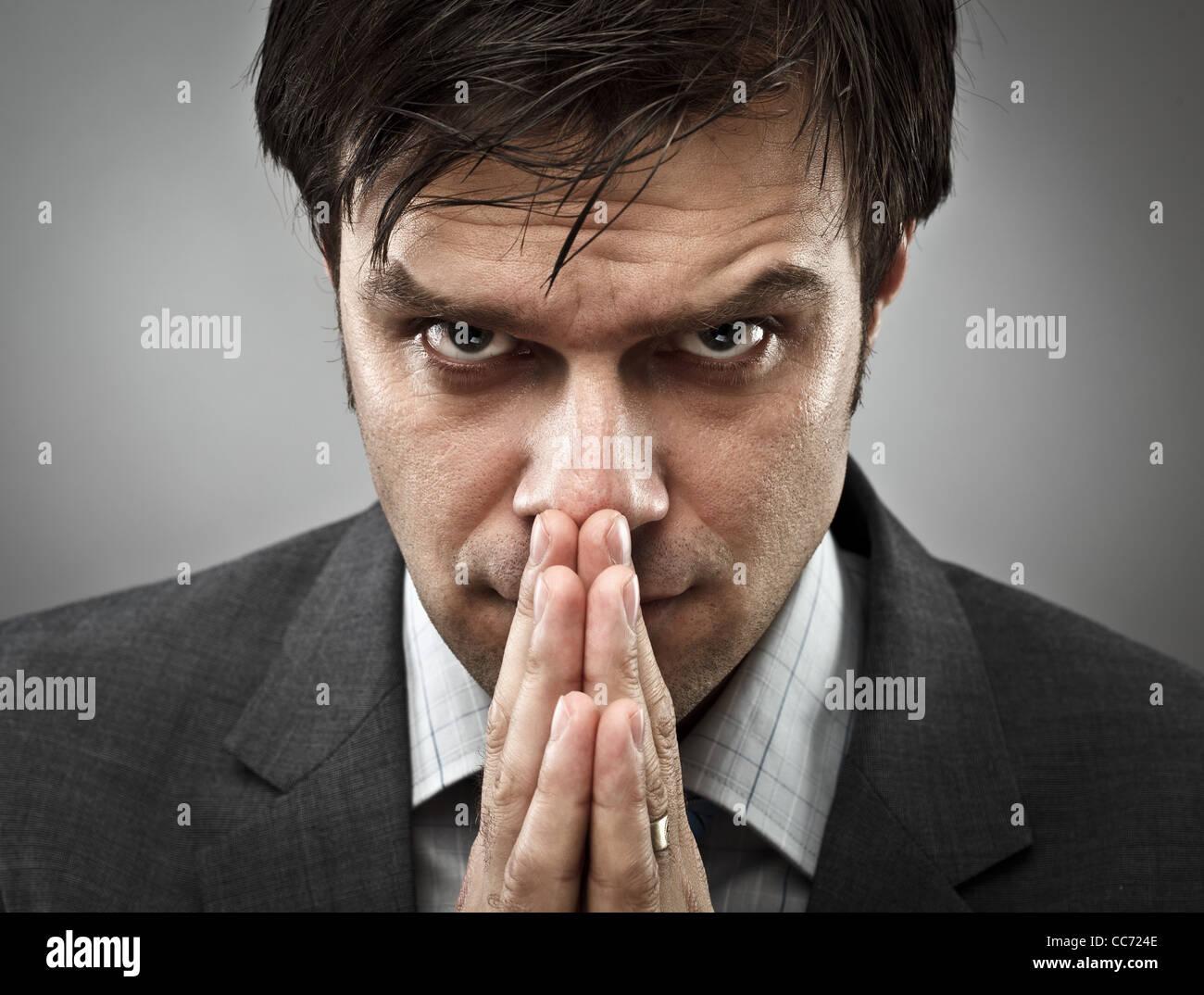 Jeune homme avec une expression de concentration intense Photo Stock