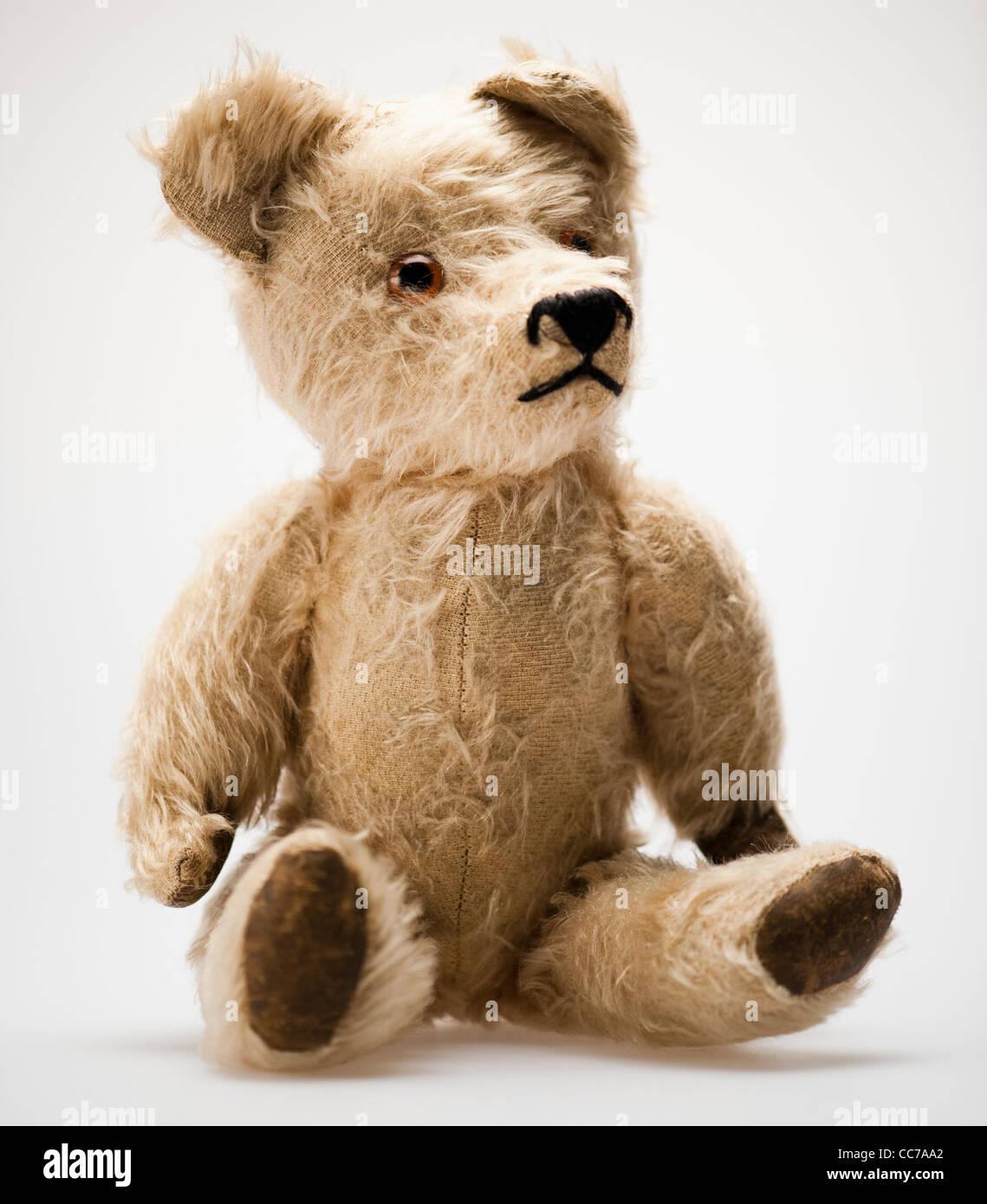 Un vieux élimés battues childs traditionnel ours en peluche Photo Stock