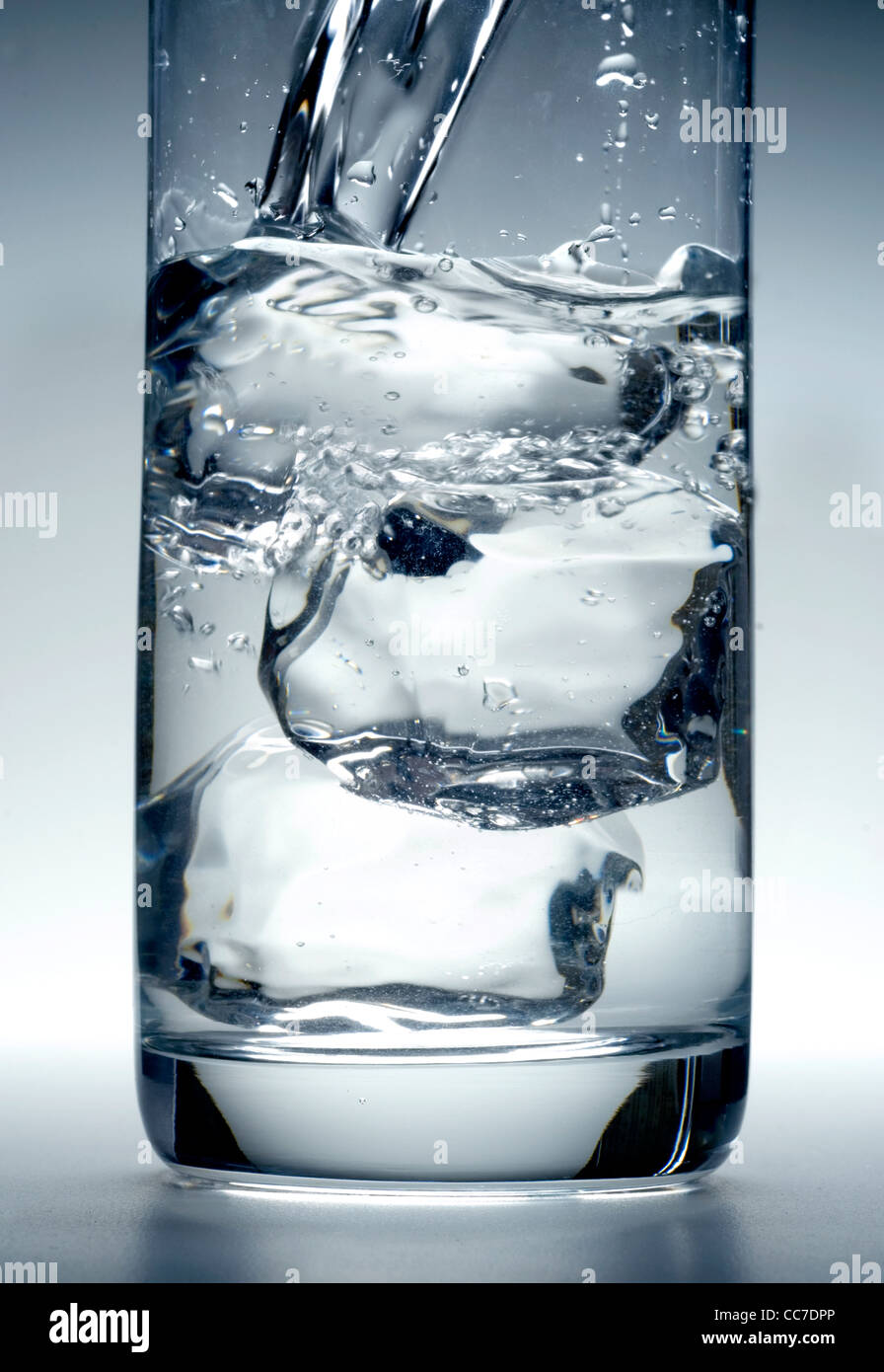 Verre d'eau avec des cubes de glace Photo Stock