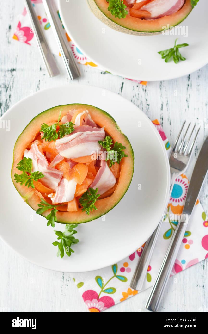 Melon cantaloup italien avec de la Pancetta fumée au-dessus Photo Stock