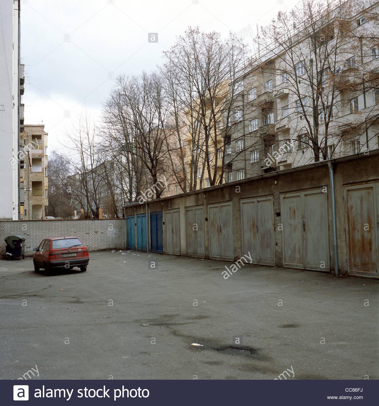Parking vide entre les immeubles à appartements, Zizkov, Prague, République Tchèque Photo Stock