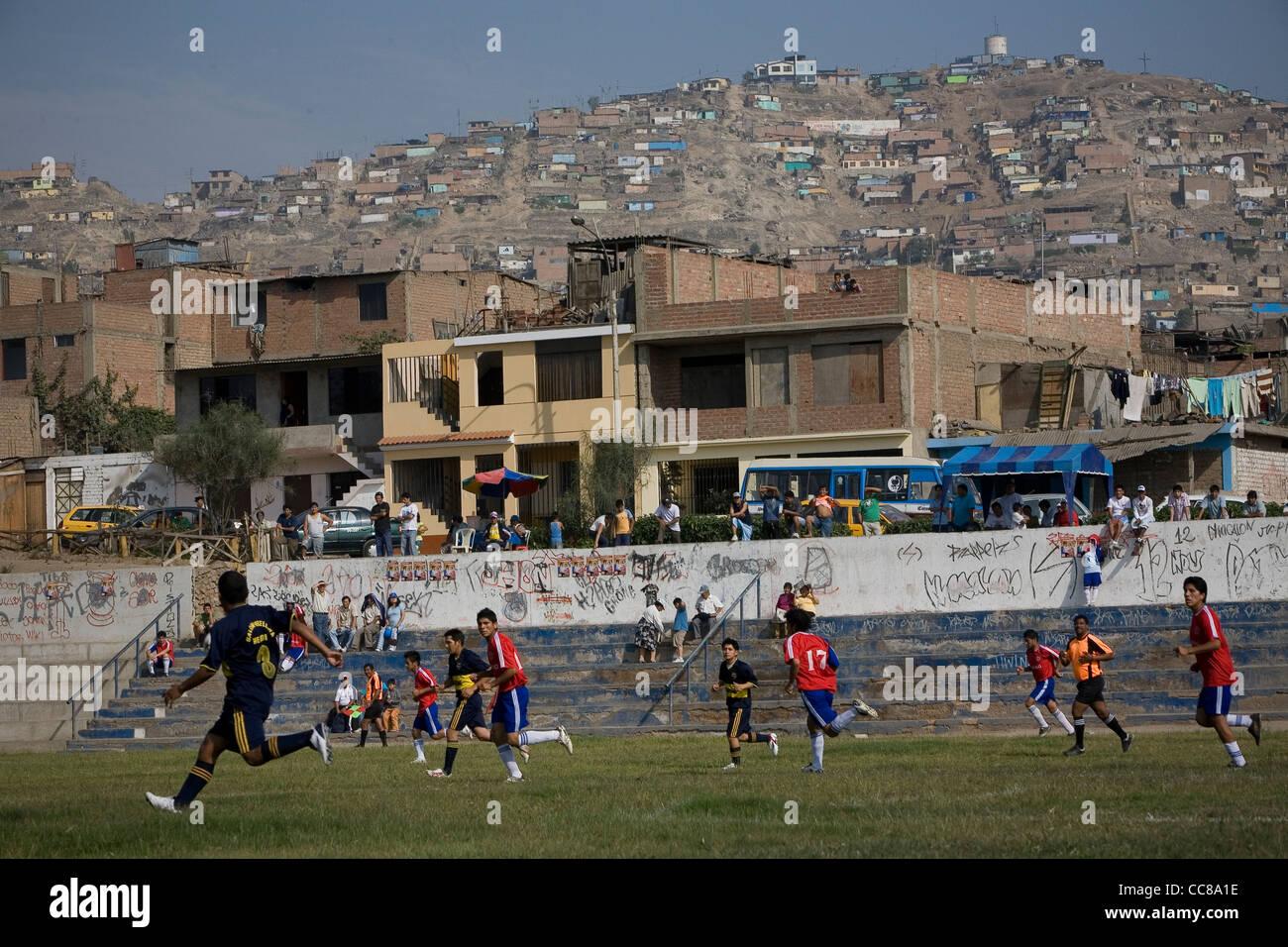 Une équipe de football est en concurrence sur le terrain à Lima, Pérou, Amérique du Sud. Banque D'Images