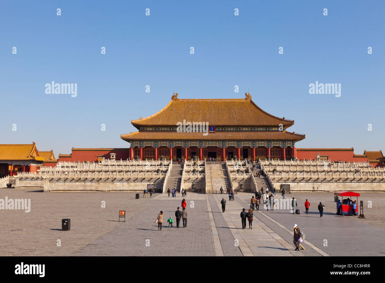 La salle de l'harmonie suprême dans la Cité Interdite, Beijing, à partir de la porte de l'harmonie Photo Stock