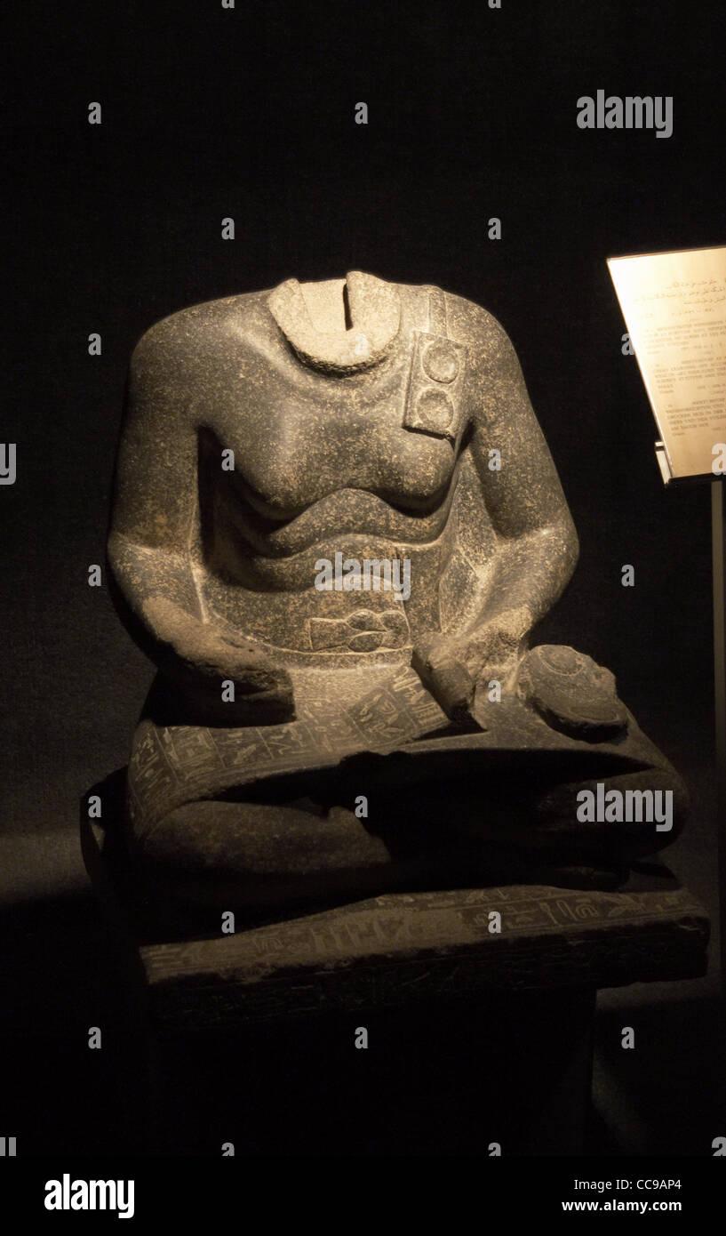 Statue de Mentuhotep. Vizir sous Sesostris I. statue sans tête, représentée comme scribe. Luxor. Photo Stock