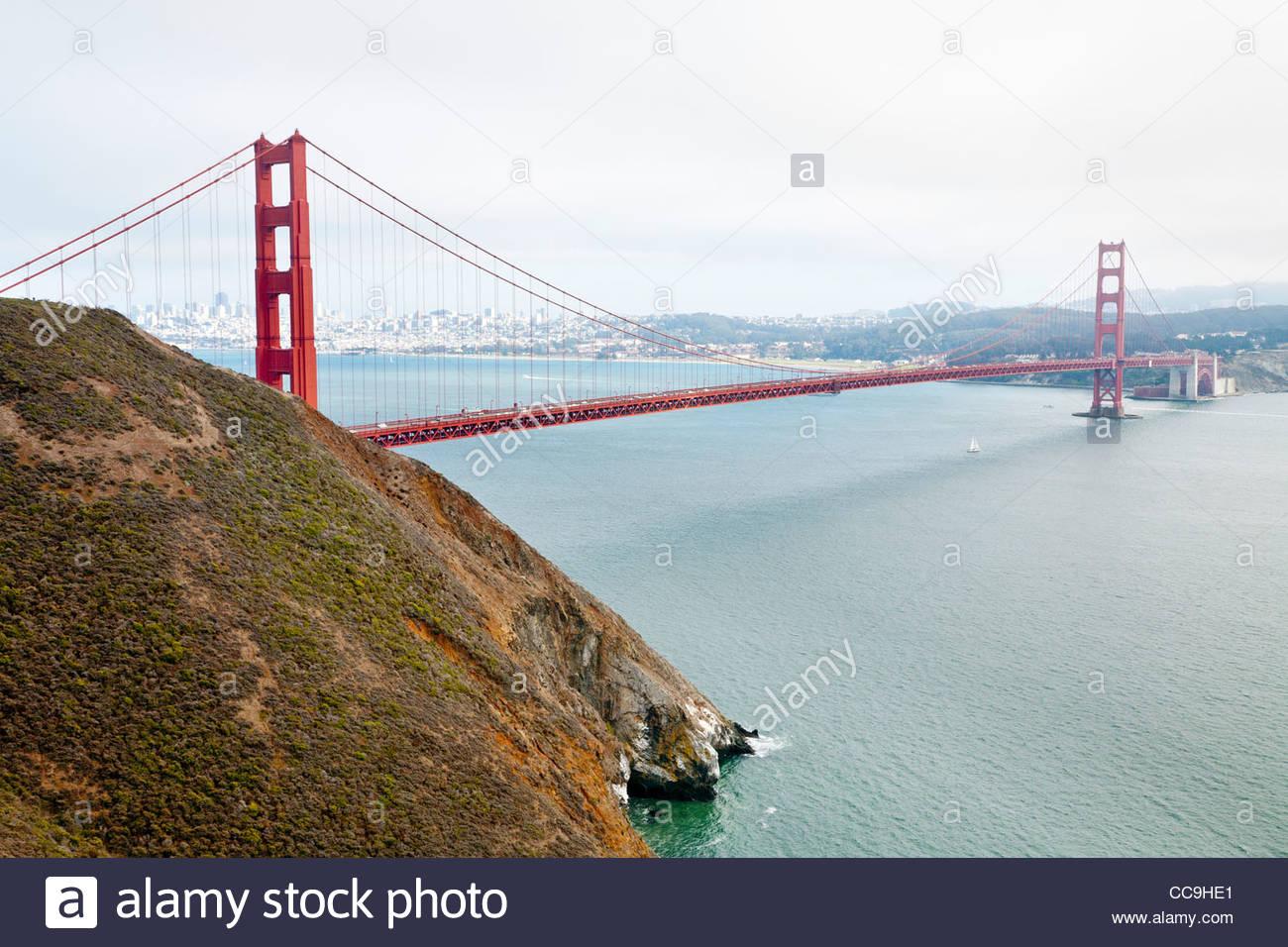 Petit voilier sous le pont du Golden Gate, vue de Marin Headlands, Golden Gate National Recreation Area, Sausalito, Photo Stock