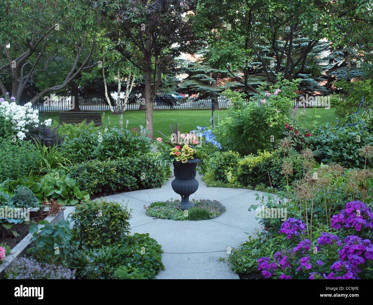 jardin de style cottage anglais avec des fleurs en fleurs. Black Bedroom Furniture Sets. Home Design Ideas