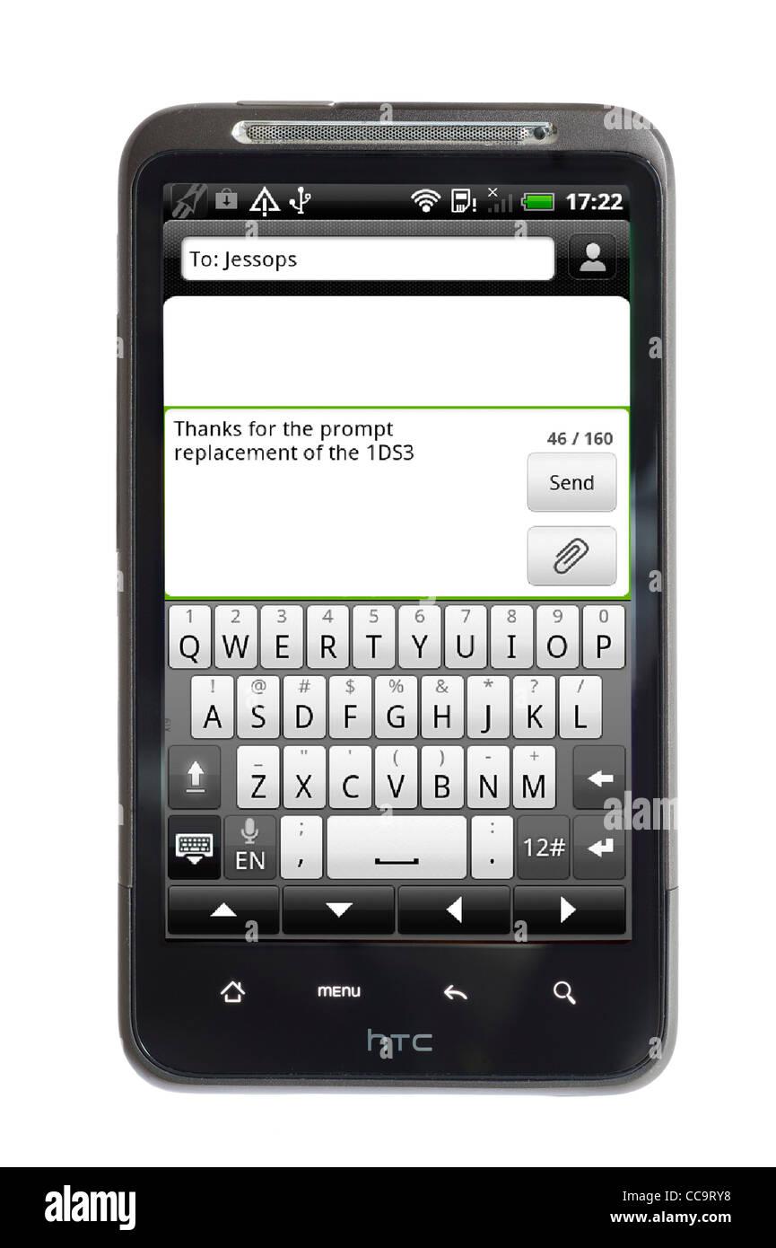 Envoi d'un message texte sur un smartphone HTC Android Photo Stock