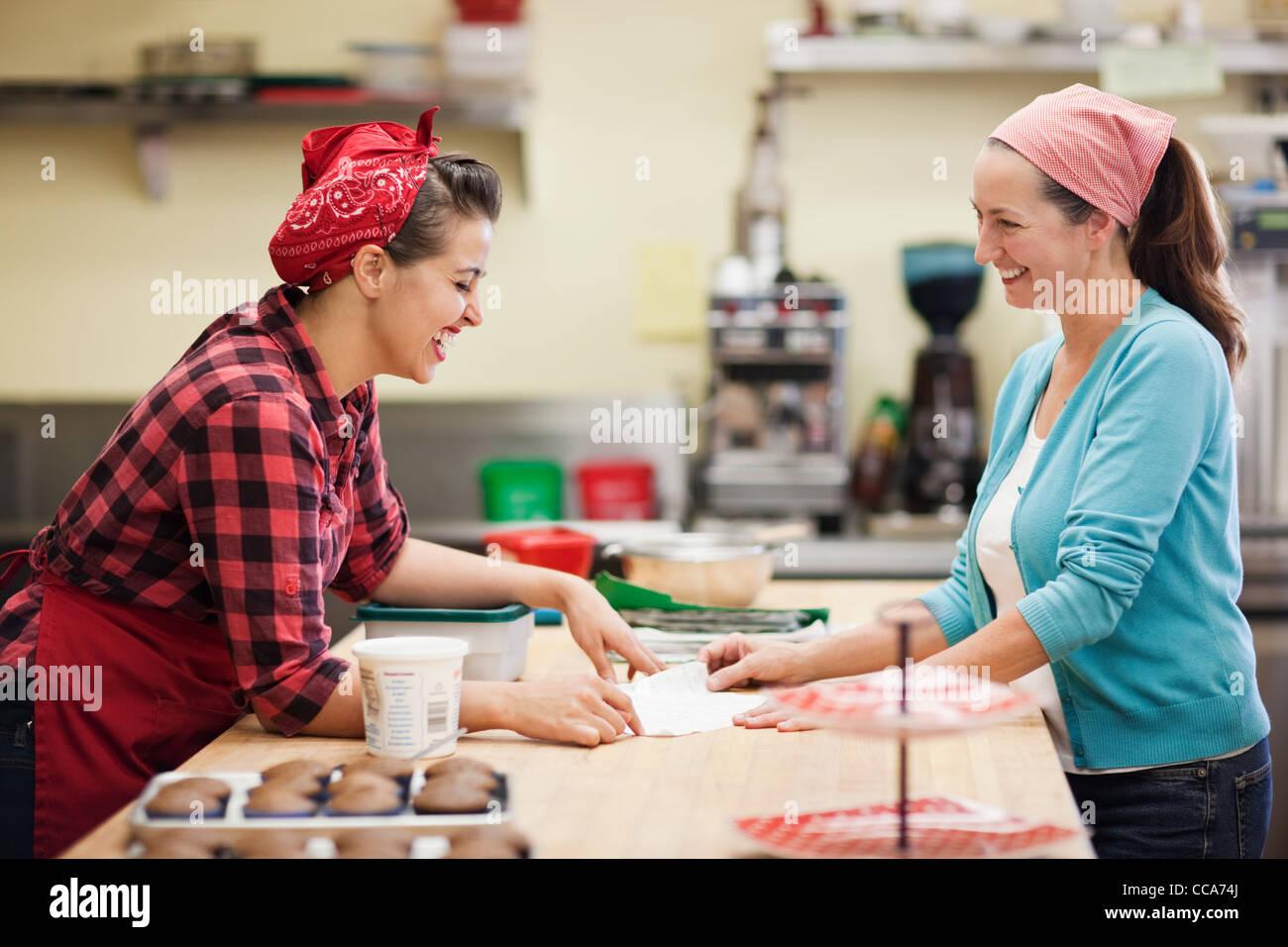Les femmes qui travaillent ensemble dans une cuisine commerciale Photo Stock