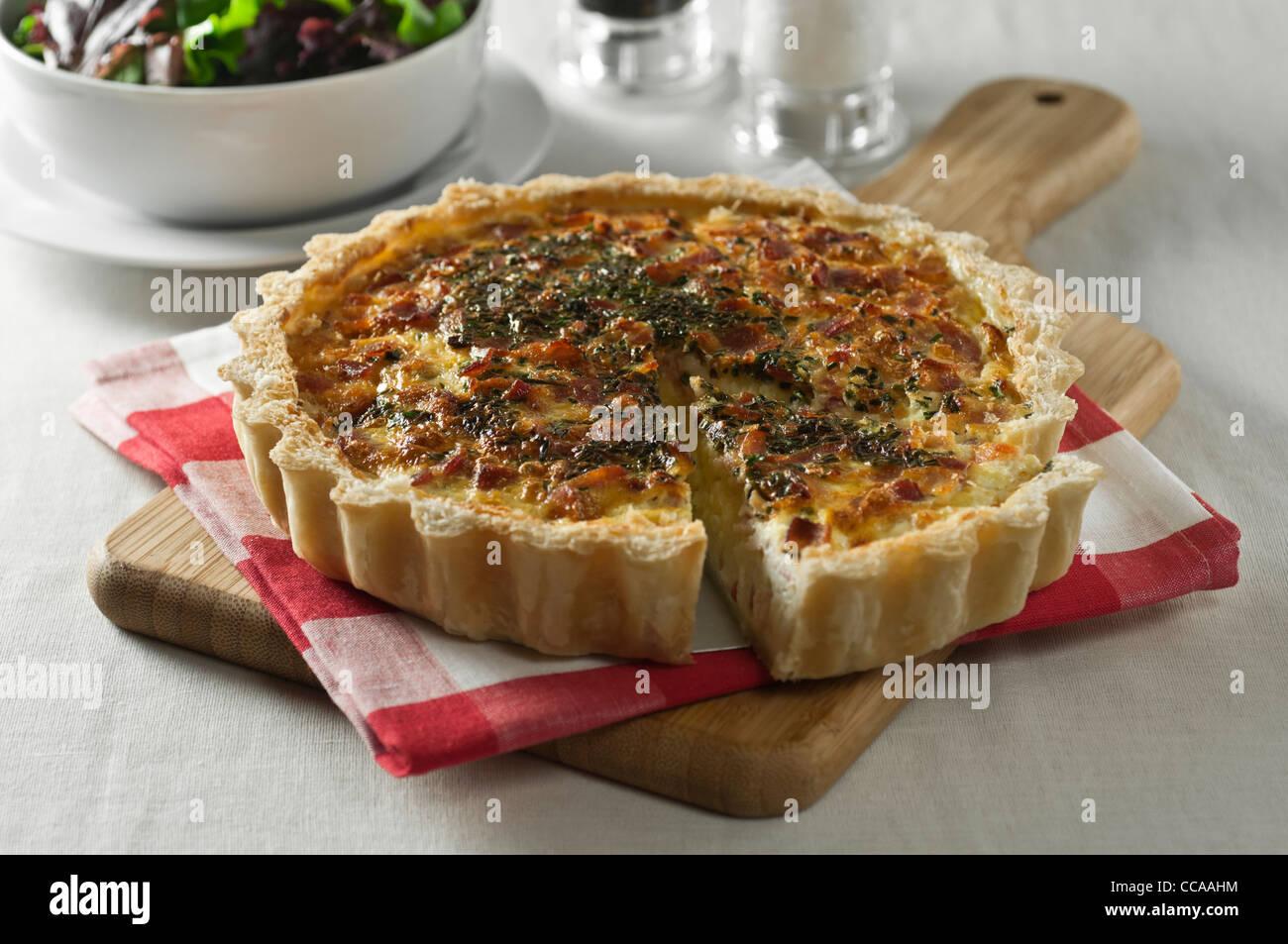 La quiche lorraine. Tarte au fromage et bacon Photo Stock