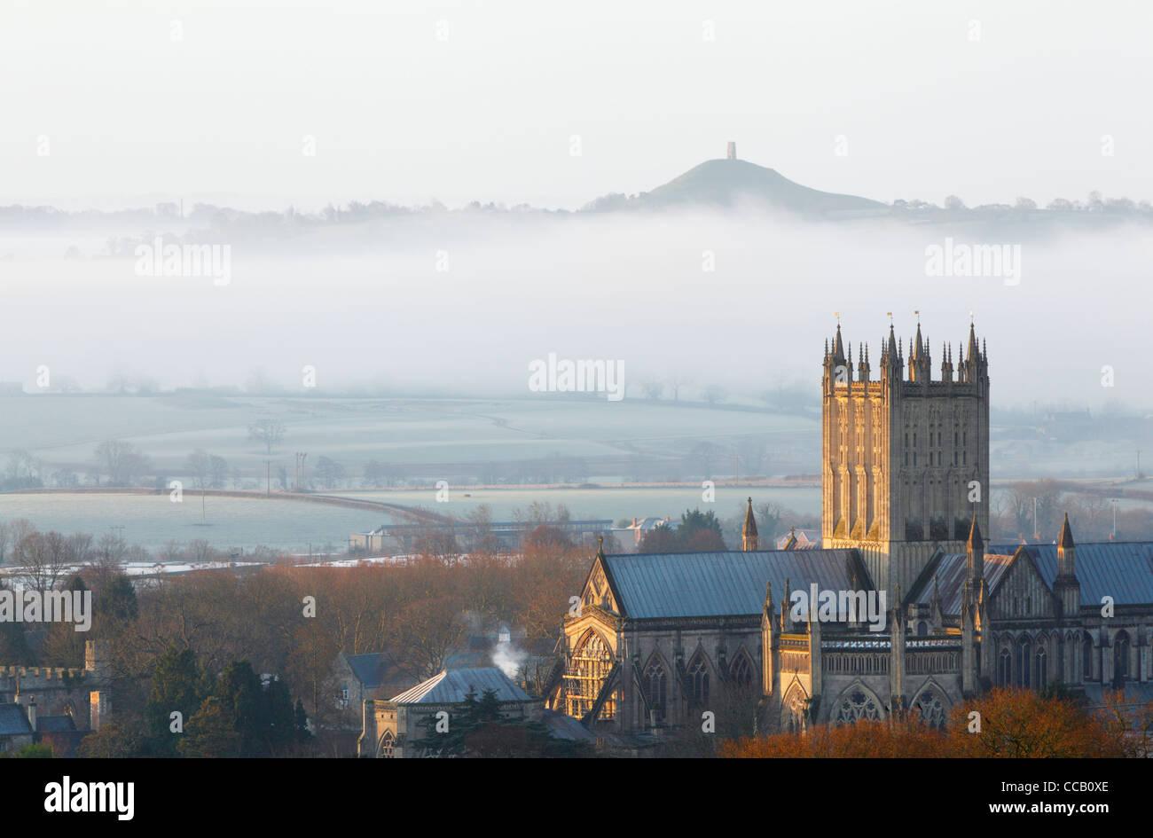 Wells Cathedral avec Tor de Glastonbury au loin. L'hiver. Le Somerset. L'Angleterre. UK. Banque D'Images