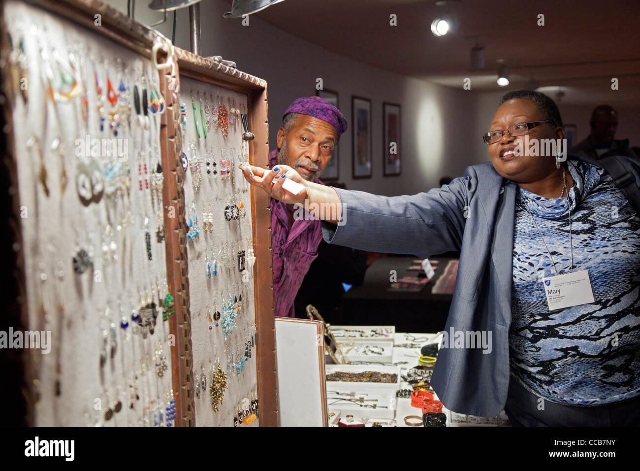 Vendeur vend des bijoux Photo Stock