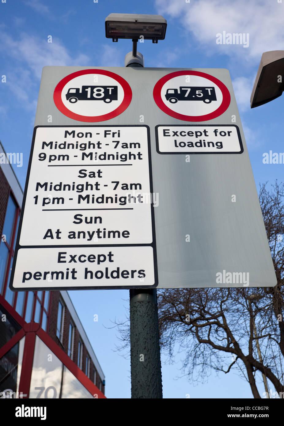 La signalisation de restriction de poids pour les camions, England, UK Photo Stock