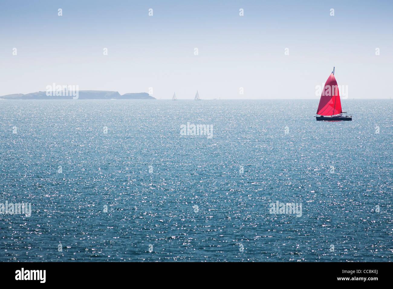 Voilier au large de la côte de Belle-Ile-en-Mer, Morbihan, Bretagne, France Photo Stock