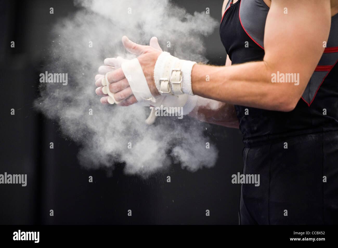 L'application de puissance gymnaste craie mains en préparation Photo Stock
