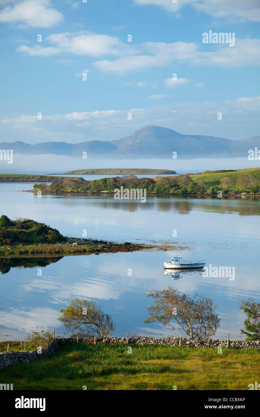 Bateau de pêche amarré dans la baie de Clew sous Croagh Patrick, comté de Mayo, Irlande. Photo Stock