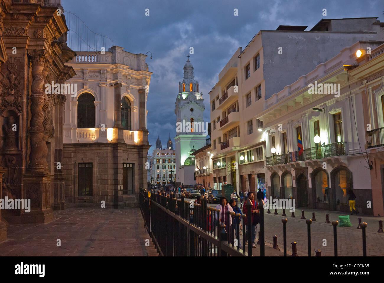 Scène de rue de nuit en face de la Compañía de Jesús Eglise dans la partie historique de Quito, Photo Stock