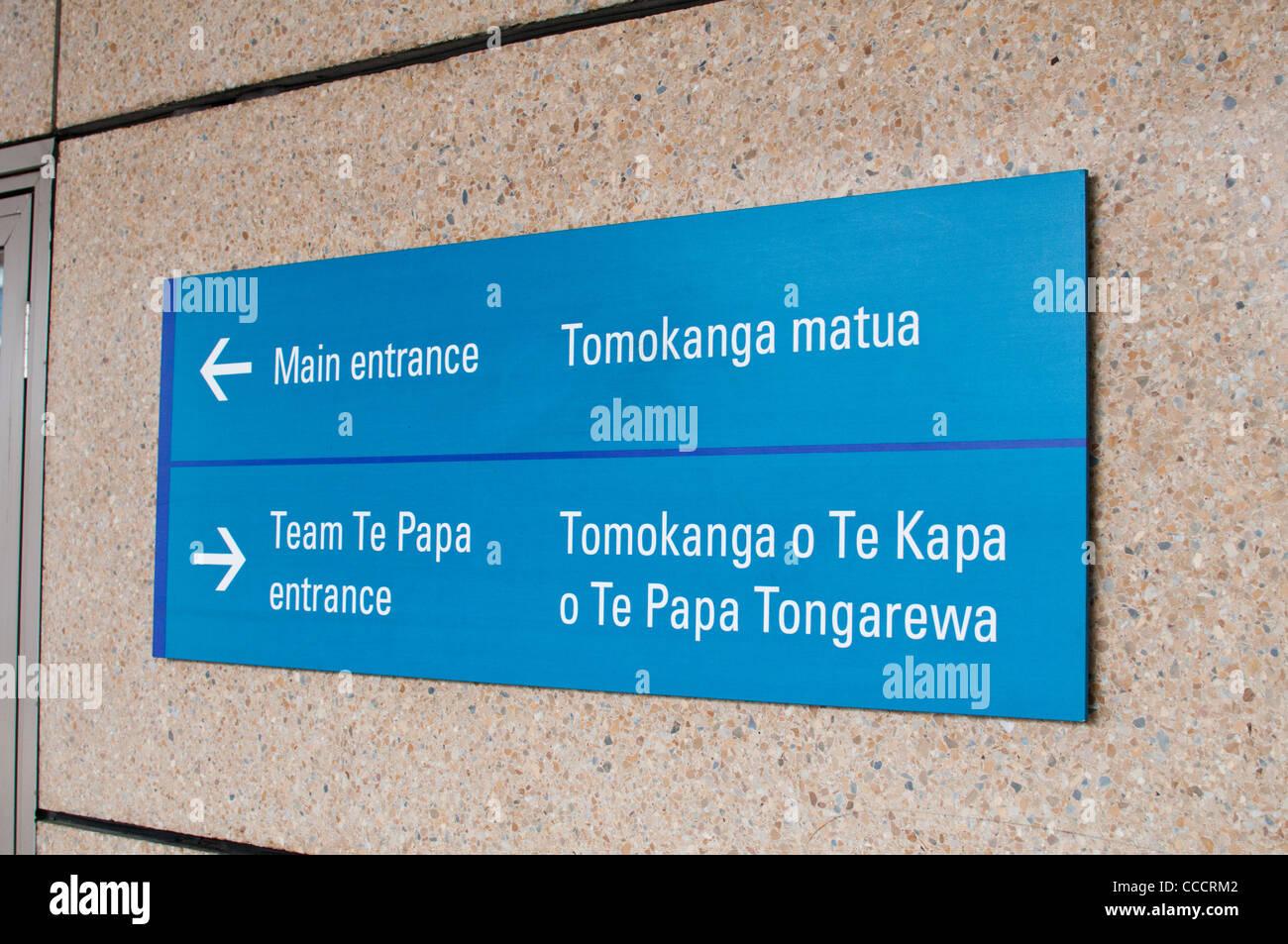 Multi-lingual Maori et les panneaux de direction de l'Angleterre au Musée National de Nouvelle-Zélande Photo Stock