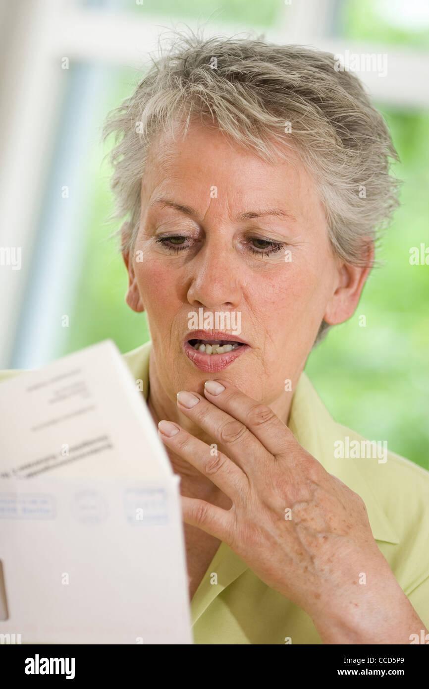 Plus personne de sexe féminin à la lettre officielle à Photo Stock