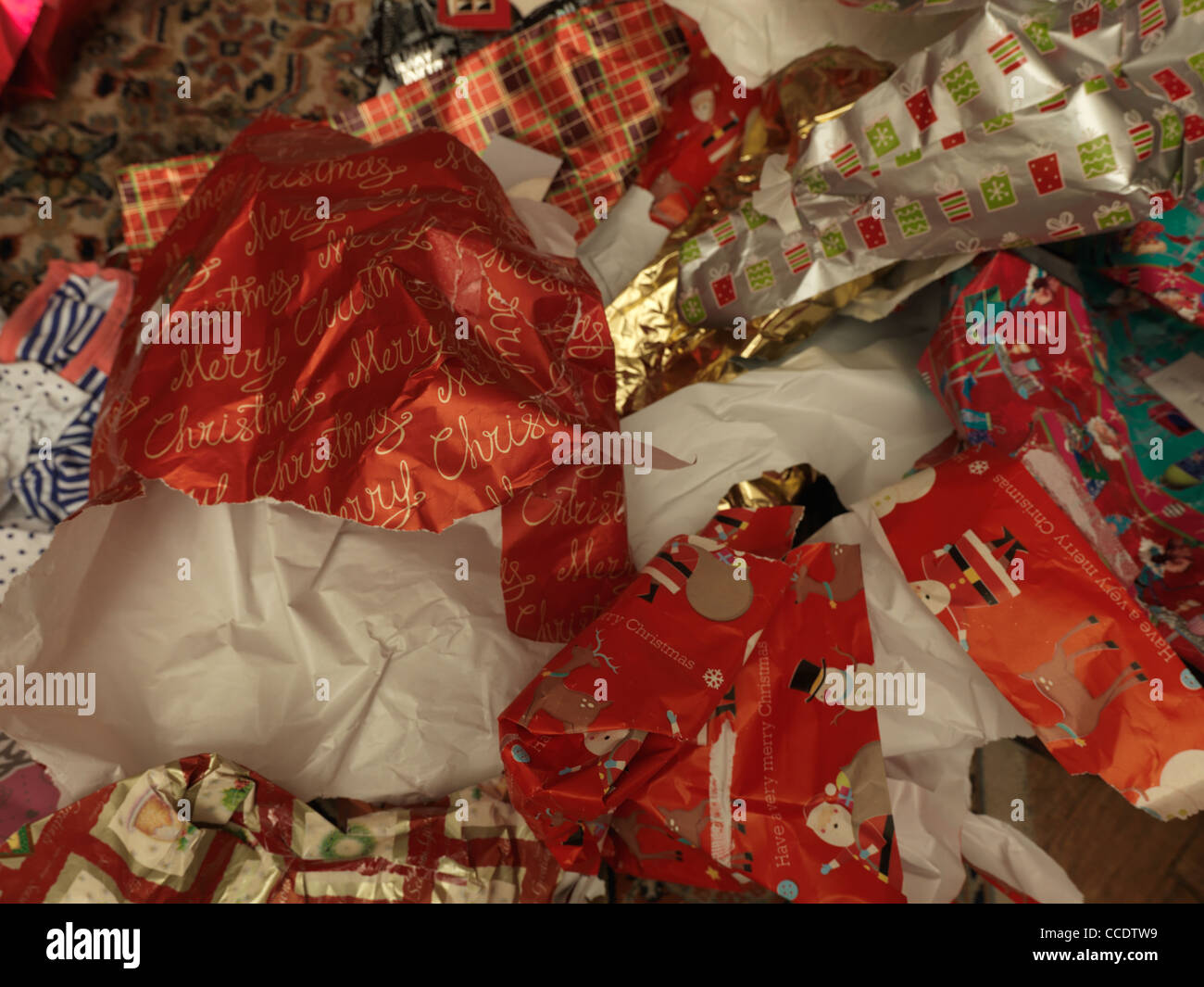 Pile de papier d'emballage de Noël après utilisation Photo Stock