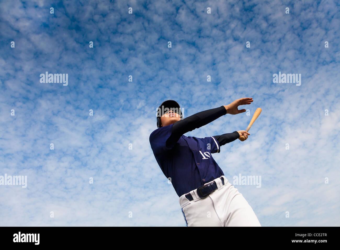 Jeune joueur de baseball en tenant une balançoire Photo Stock