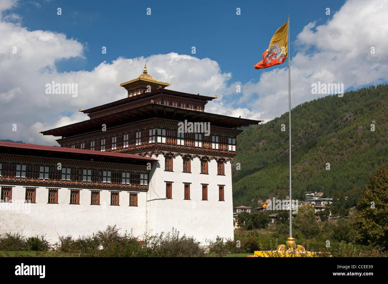 Le drapeau national du Bhoutan s'agite au siège du gouvernement Thimphu Dzong ou Trashichhoe Dzong, Thimphu, Photo Stock