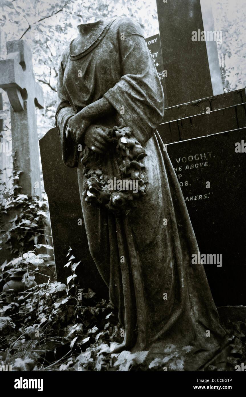 Statue sans tête d'un ange en vert, Londres cimetière Abney Photo Stock