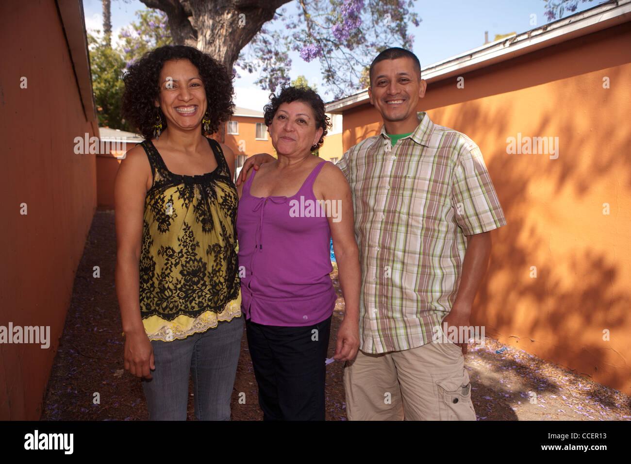 Portrait of young woman standing avec son fils et sa belle-fille Photo Stock