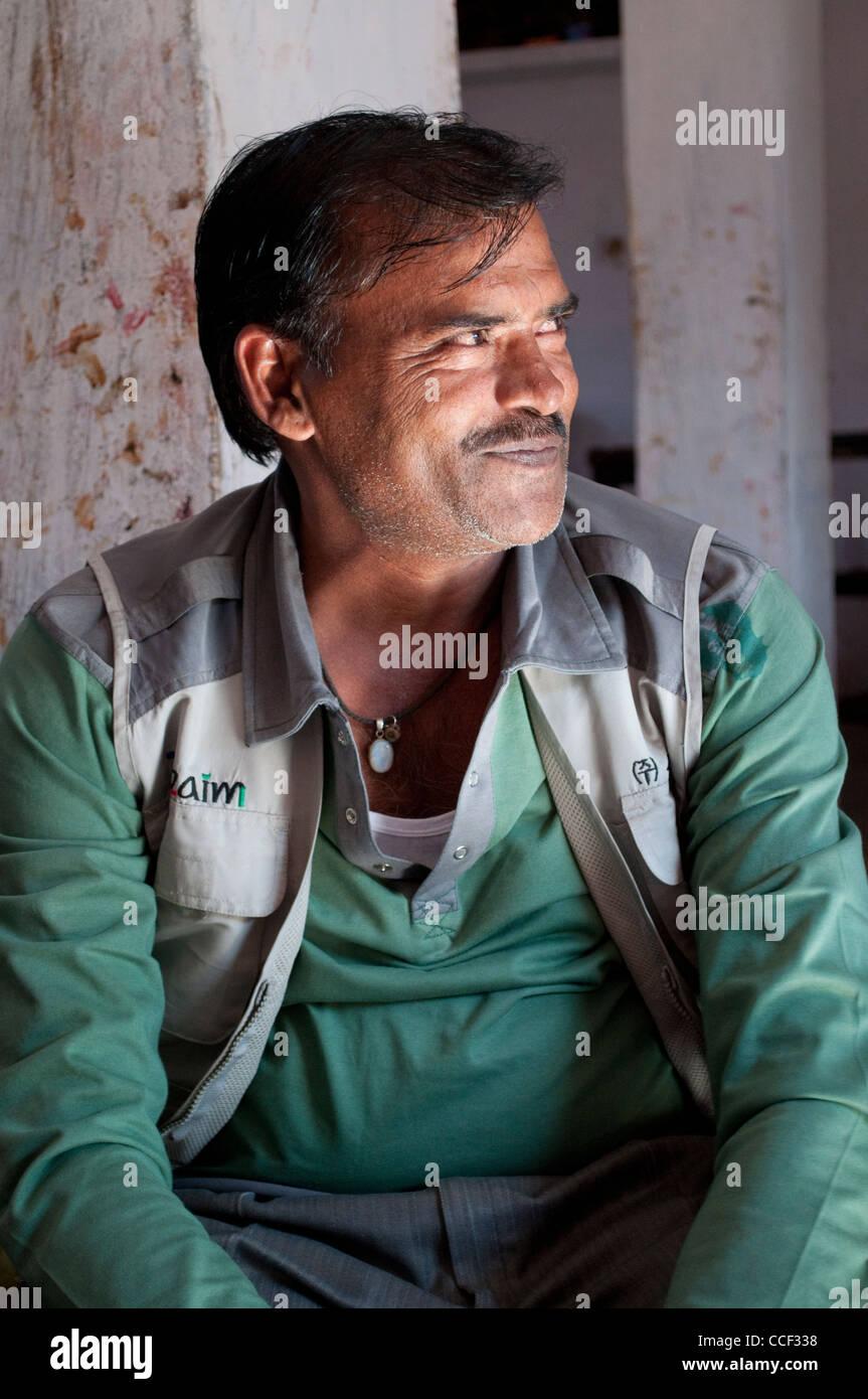 Middle-aged man smiling rajasthani, tissu, atelier d'impression bloc village Bagru, Jaipur, Rajasthan, Inde Banque D'Images