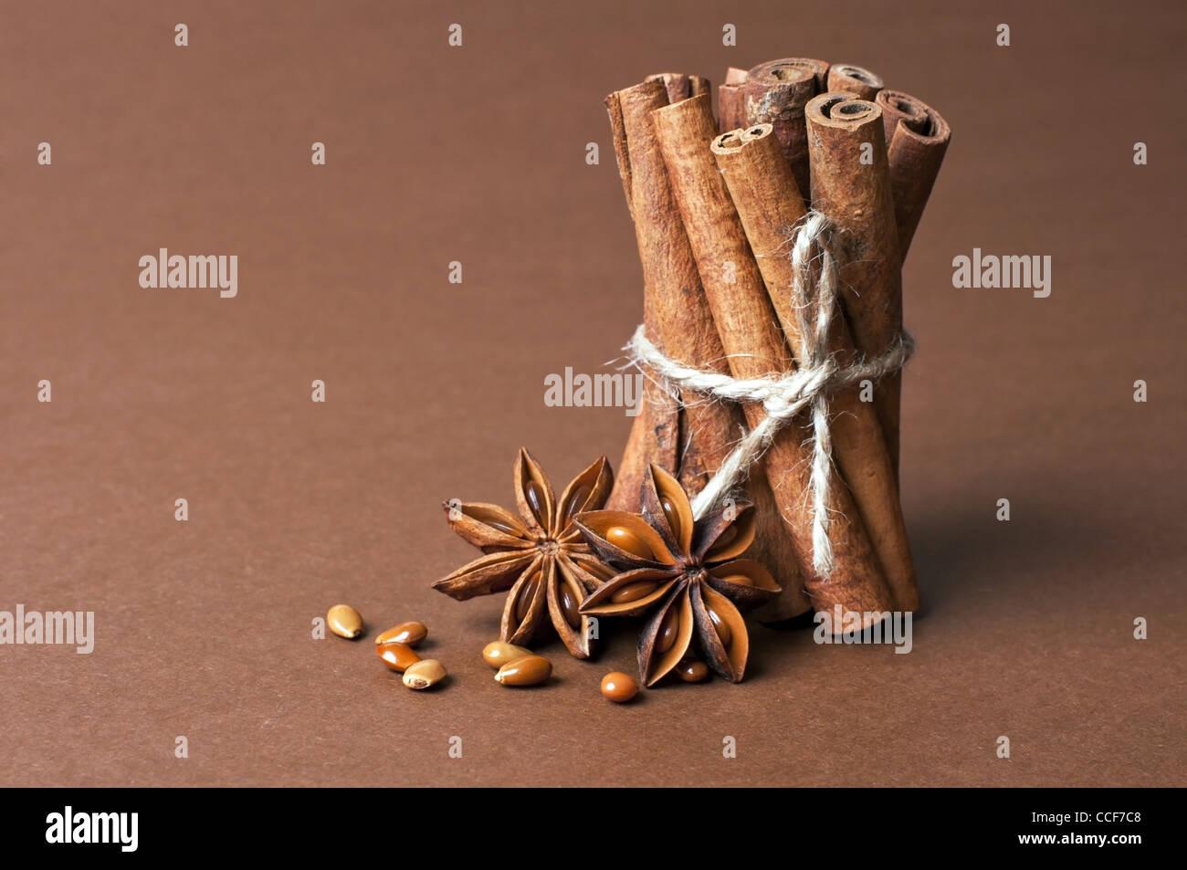 Le bâton de cannelle et anis étoile sur fond brun Photo Stock